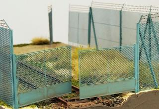 Chain mesh gate with high fence (1:160)